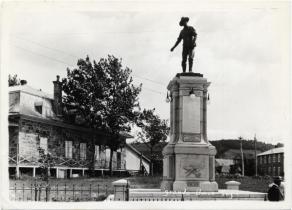 Arrivée de la Société des vingt-et-un au Saguenay, monument photographié par J. E. Chabot vers 1930.