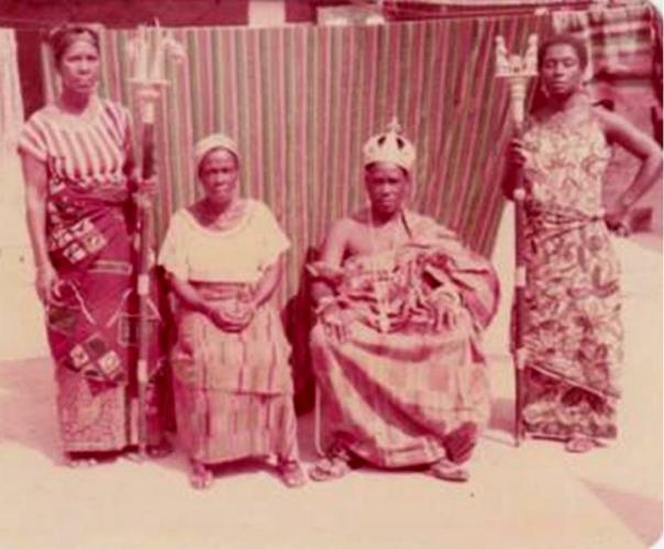 Nanan Angaman-Tanoh John II, Roi d'Afféré II entouré de trois de ses épouses De gauche à droite, Allou Ya Assamla, Kpangni Nganda et Koffi Akossoua.